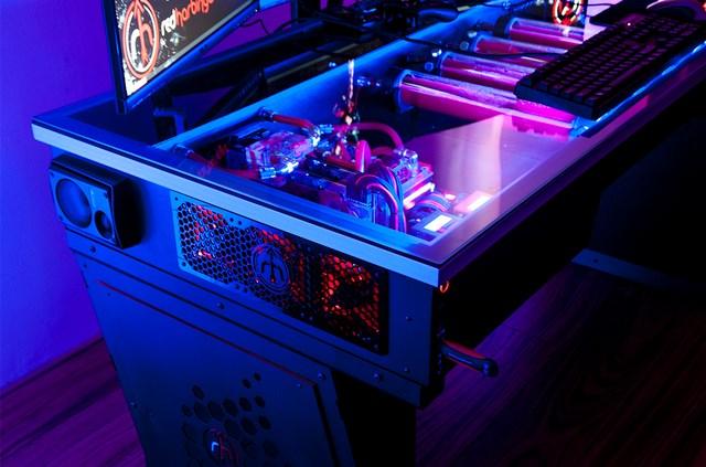 """Cross Desk: Inilah Casing PC """"Monster"""" yang Sesungguhnya"""