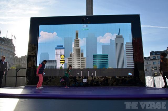 Microsoft Membuat Tablet Surface Raksasa Berukuran 5 Meter Lebih