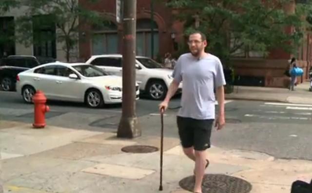 Evan harus membawa tongkat ketika keluar rumah karena keterbatasan fisik akibat penyakitnya