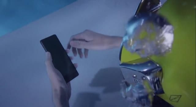 Orang Ini Membuka Sony Xperia Z3 di Dalam Air