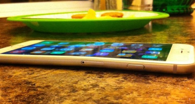 iPhone 6 Banyak yang Bengkok, Samsung Menjadikan Apple Sebagai Bahan Tertawaan