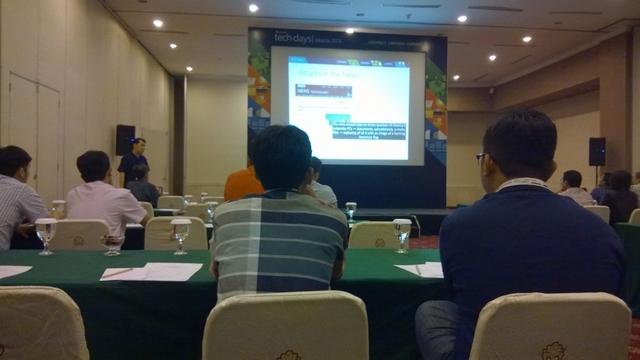 Pak Norman Sasono selaku Technical Evangelist, Microsoft Indonesia sedang menjelaskan Building Universal Apps di Windows 10