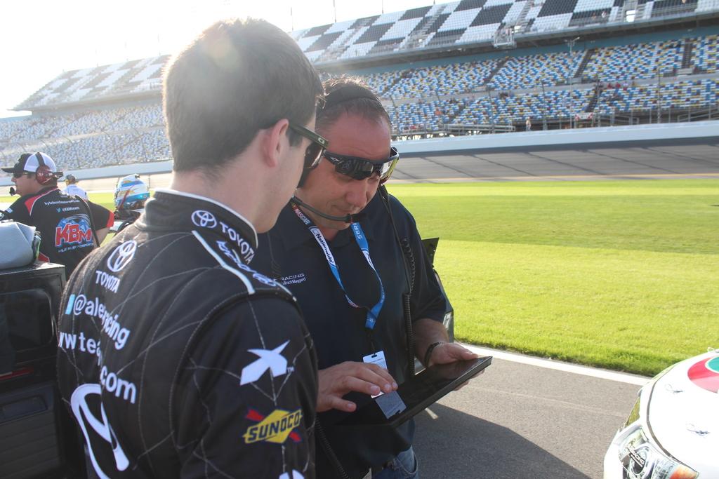 Tim NASCAR menggunakan Surface