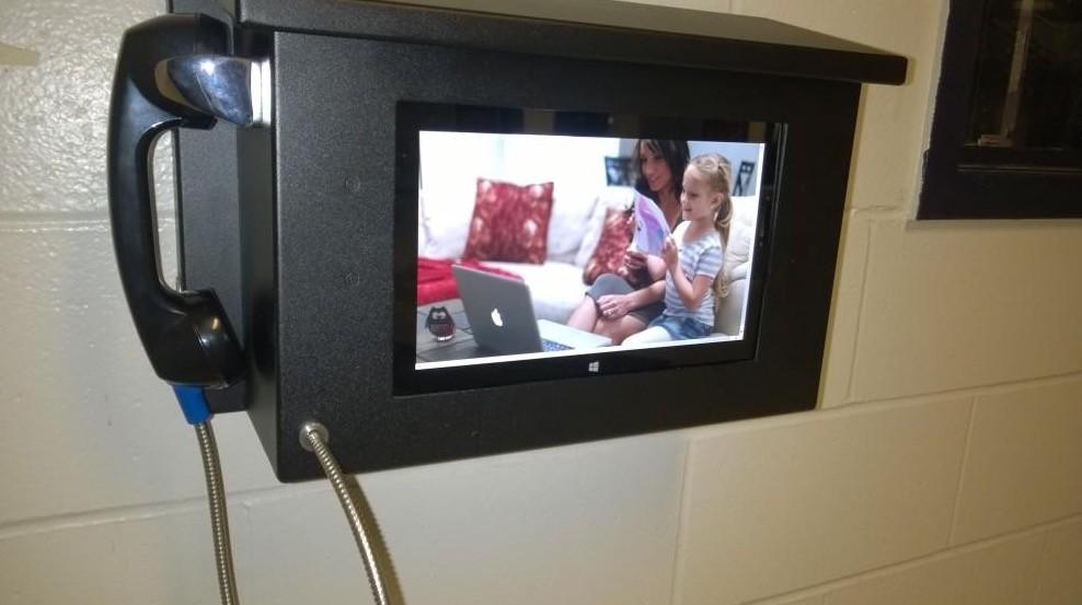 Narapidana di Dayton Boleh Telpon Keluarga Pake Microsoft Surface