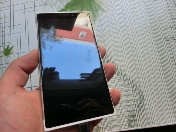 Windows Phone Keren dengan Body Aluminium, Inikah Microsoft Lumia 1030?