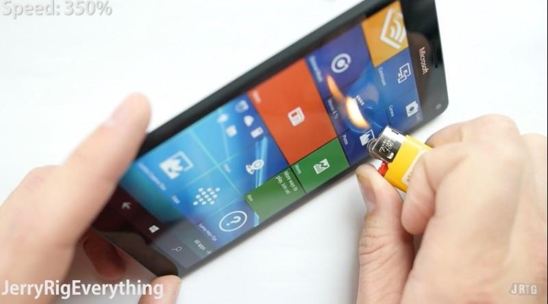 Seperti Inilah Ketahanan Lumia 950 Ketika Digores, Dibengkokkan, Hingga Dibakar (Video)