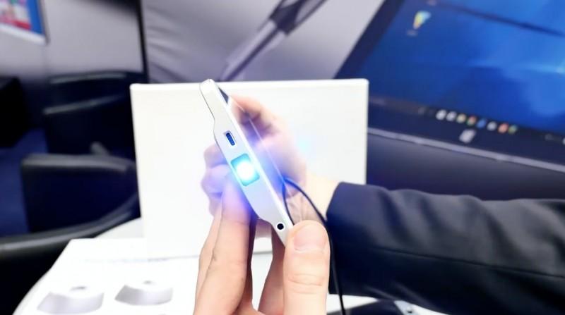 Holofone: Tablet Windows 10 Mungil yang Bisa Telepon dan Proyektor
