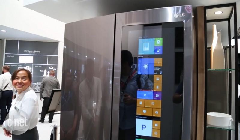 Serius! Kulkas LG Ini Touchscreen dan Pake Windows 10 Sebagai OS-nya