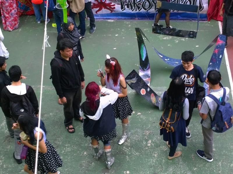Ini saya potret dari lantai 2 SMA 3 Malang saat acara Bunkasai. Gadis yang berbicara di ponsel itu imut.