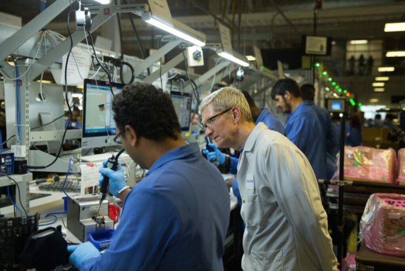 Bahkan CEO Apple Tim Cook Juga Kebagian Surface Pro 4 dari Microsoft