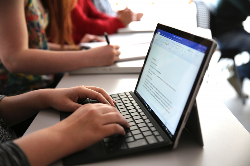 Inilah Kenapa Sebaiknya Kamu Tidak Mencatat di Laptop
